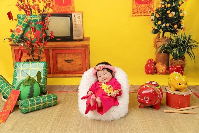 Con gái ca sĩ Pha Lê lí lắc đáng yêu khi được mẹ chụp hình Tết.