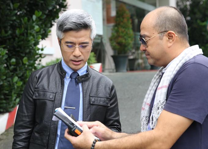 Đạo diễn Nhâm Minh Hiền (phải) trao đổi với Quang Thảo trên phim trường.