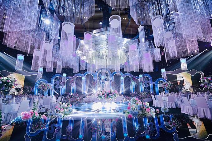 Tối 29/1, đám cưới Phan Thành - Primmy Trương đã diễn ra tại khách sạng hạng sang ở TP HCM, nơi từng tổ chức hôn lễ của Lan Khuê - Tuấn John. Không gian cưới của uyên ương cũng có cùng ekip trang trí với cặp Lan Khuê, chuyên thiết kế các đám cưới xa xỉ bậc nhất Việt Nam với giá trị từ hàng trăm triệu đồng tới vài chục tỷ đồng. Trước giờ làm lễ, không gian cưới đã được trang trí hoàn thiện với concept sang trọng, xa hoa.