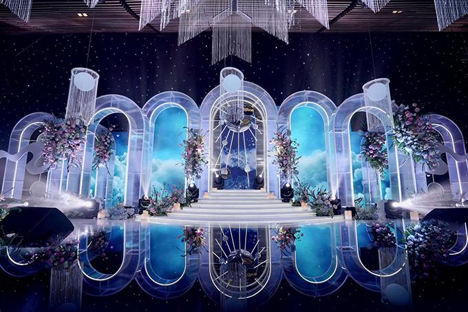 Khu vực sân khấu như khiến khách mời lạc vào không gian cổ tích, có các yếu tố trang trí gắn liền với thiên nhiên như mây trời, màn sao đêm, các hành tinh và vũ trụ.