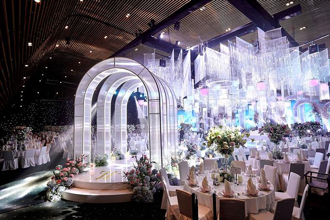 Lối dẫn lên sân khấu của cô dâu chú rể đi nhiều mái vòm được thiết kế, thi công riêng cho đám cưới ước tính hàng tỷ đồng của cặp rich kid.
