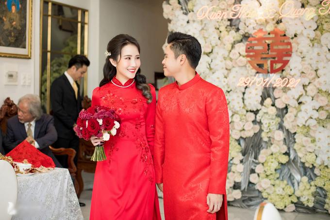 Sáng 29/1, cặp rich kid Phan Thành - Primmy Trương đã làm lễ vu quy và rước dâu tại TP HCM. Tối cùng ngày, siêu đám cưới của cặp rich kid sẽ diễn ra ở hội trường cưới ở TP HCM mà Lan Khuê và Tuấn John từng làm lễ, được trang trí bởi cùng ekip chuyên thiết kế các đám cưới tiền tỷ.Phan Thành, sinh năm 1989 là con trai của đại gia Phan Quang Chất - ông chủ của trung tâm thương mại lớn Saigon Square tại TP HCM, chủ tịch HĐQT Nhà hàng Ocean Palace Lê Duẩn, CTCP Tiệc cưới Capella Palace... Anh được dân mạng chú ý khi có bộ sưu tập siêu xe trị giá gần 100 tỷ đồng với nhiều thương hiệu xa xỉ như Rolls-Royce Phantom, Bentley, Lexus LX570, Ferrari 458. Vị thiếu gia cũng thường xuyên tham gia các sự kiện trong giới showbiz Việt. Còn cô dâu Primmy Trương (Trương Minh Xuân Thảo) được biết đến là cô gái xinh đẹp, đa tài. Cô tốt nghiệp ngành Thương mại, ĐH quốc tế RMIT Việt Nam và đang làm quản lý tài chính tại một ngôi trường được mệnh danh chỉ dành cho con nhà giàu. 9X còn là người mẫu ảnh, beauty blogger khá nổi tiếng trong giới trẻ. Mẹ của người đẹp là bà Võ Thị Xuân Trang - hiệu trưởng một trường chuyên phát triển cá nhân và đào tạo tài năng ở TP HCM, đồng thời làm giám khảo Hoa hậu Hoàn vũ Việt Nam 2017-2019.