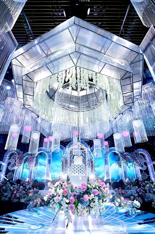 Để đảm bảo chương trình cưới diễn ra trơn tru, ekip vận hành thử hệ thống đèn pha lê nhiều lần trước giờ G.