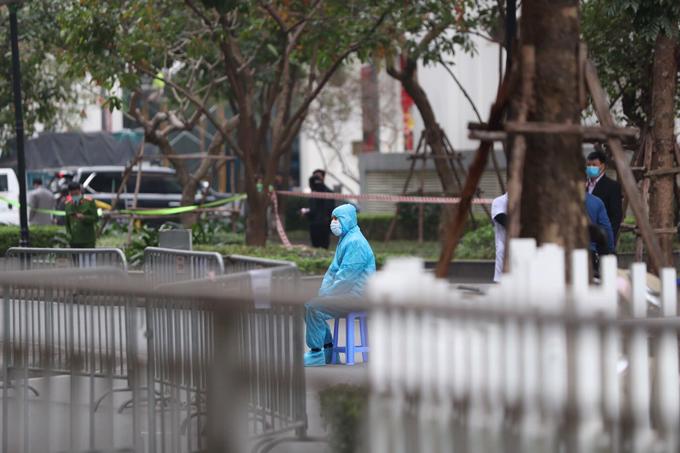 Lực lượng chức năng mặc đồ bảo hộ túc trực phía dưới tòa T6 sáng 29/1.