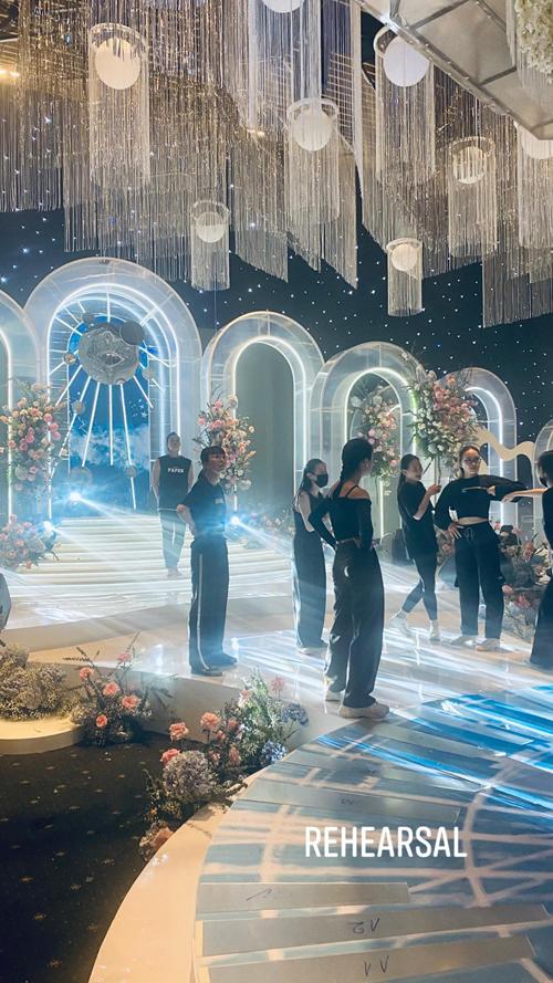 Trước giờ G, một vài khung cảnh của hội trường cưới đã được ekip hé lộ. Theo đó, không gian sẽ mang tông xanh nước biển - sắc màu yêu thích của cô dâu Primmy Trương cùng phông nền tái hiện bầu trời sao đêm, các chi tiết trang trí theo concept về vũ trụ. Phía trần nhà sẽ là các dải pha lê lấp lánh theo đúng bản vẽ mà ekip từng hé lộ trước đó.