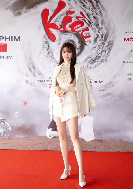 Phan Thị Mơ diện váy ngắn khoe chân dài trong buổi gặp gỡ sinh viên ở TP HCM. Người đẹp quê Tiền Giang vừa hoàn thành vai nàng Kiều thời hiện đại trong tác phẩm điện ảnh của đạo diễn Đỗ Thành An.