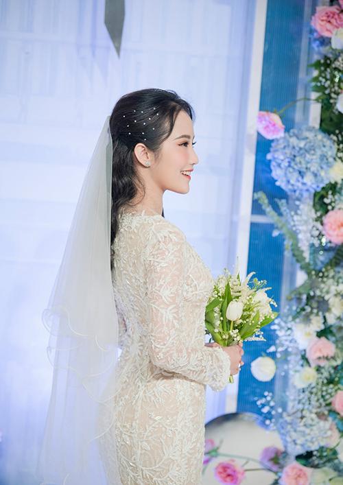 Makeup Võ Quốc Anh chọn màu nâu, thêm nhũ hồng ở bầu mắt cho cô dâu tại tiệc cưới.