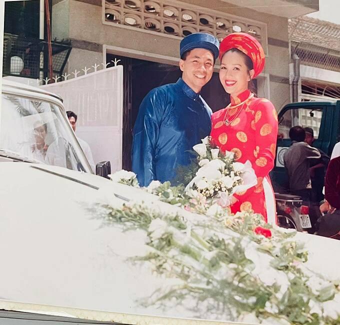 Nữ hoàng ảnh lịch Diễm My bồi hồi khi xem lại ảnh cưới dịp 30 năm bên nhau. Cô chia sẻ: 3 năm yêu và 27 năm cưới nhau là tròn 30 năm. Vợ chồng Diễm My xin gửi cảm ơn về những lời chúc tốt đẹp của mọi người.