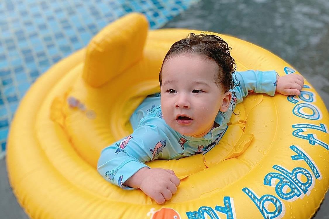 Cậu nhóc được mặc đồ bơi và đặt trong chiếc phao. Ban đầu, ba Jack cho con đạp nước ở khu vực hồ bơi trẻ con giúp đảm bảo an toàn. Khi thấy con thích thú, ông xã Hoàng Oanh dần đưa con ra xa hơn, thậm chí nhấc bé ra khỏi phao.