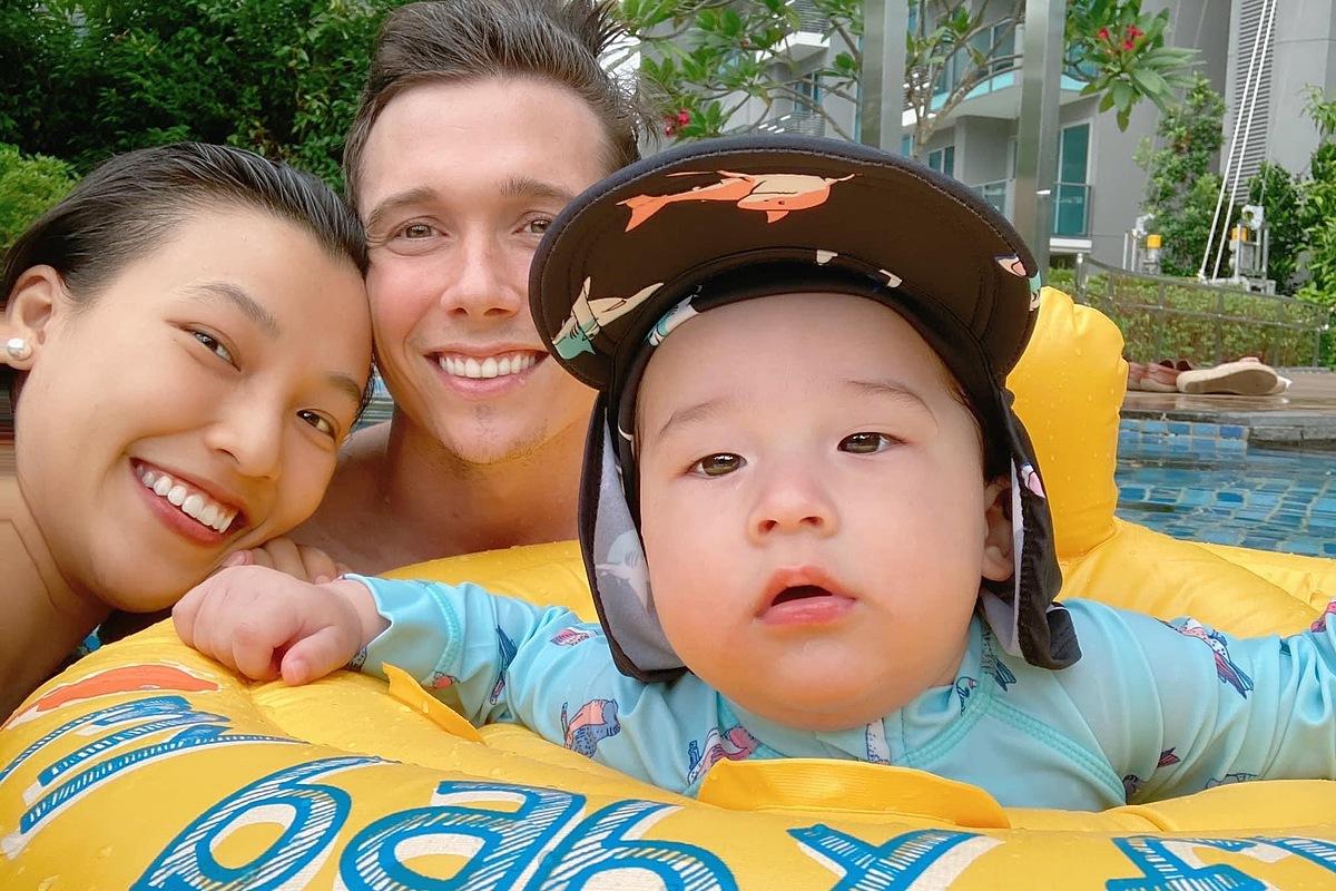 Hai vợ chồng hạnh phúc vì con trai được vui chơi thoải mái. Đây cũng là kỹ năng cần thiết mà Hoàng Oanh muốn rèn luyện cho con ngay từ nhỏ.