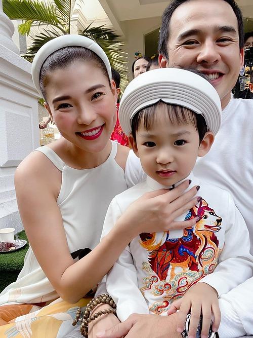 Vợ chồng Thúy Diễm - Lương Thế Thành cho con đi chơi hội xuân.