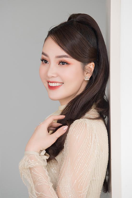 Thuỵ Vân thường trang điểm tone ngọt ngào như hồng hoặc cam.