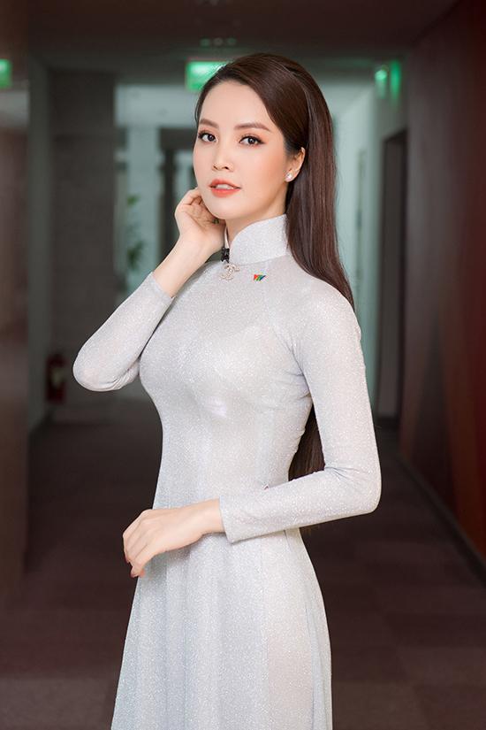 Có những ngày, cô di chuyển liên tục giữa các tỉnh. Á hậu vừa hoàn thành một chương trình ghi hình ở Mộc Châu (Sơn La) dưới cái rét 15 độ C.