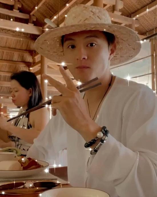 Với những bữa ăn còn lại, Lâm Vinh Hải và bạn gái dùng bữa tại nhà ăn của khu nghỉ dưỡng. Resort cũng có một số hoạt động cho khách như câu cá, lặn ngắm san hô, lặn snorkeling để ngắm cá, đạp xe... Cả nhóm dành thời gian tham quan, đi dạo và chụp hình là chủ yếu.