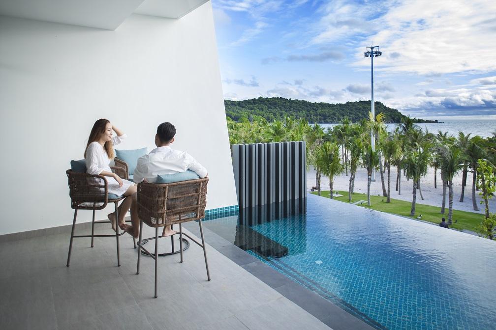 Premier Residences Phu Quoc Emerald Bay được World Travel Awards vinh danh là Khách sạn căn hộ hàng đầu châu Á 2020, luôn là điểm nghỉ dưỡng thu hút các cặp đôi, gia đình, nhóm bạn chọn lựa khi đến với đảo ngọc.