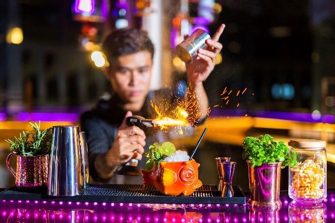 Sở hữu bộ sưu tập những loại rượu hảo hạng và những ly cocktail mới lạ, cùng với dòng nhạc deep house, Rnb, Hip Hop, được trình diễn bởi những DJ tài năng hàng đêm, Muse sẽ là điểm đến đón năm mới ấn tượng tại đảo ngọc năm nay.