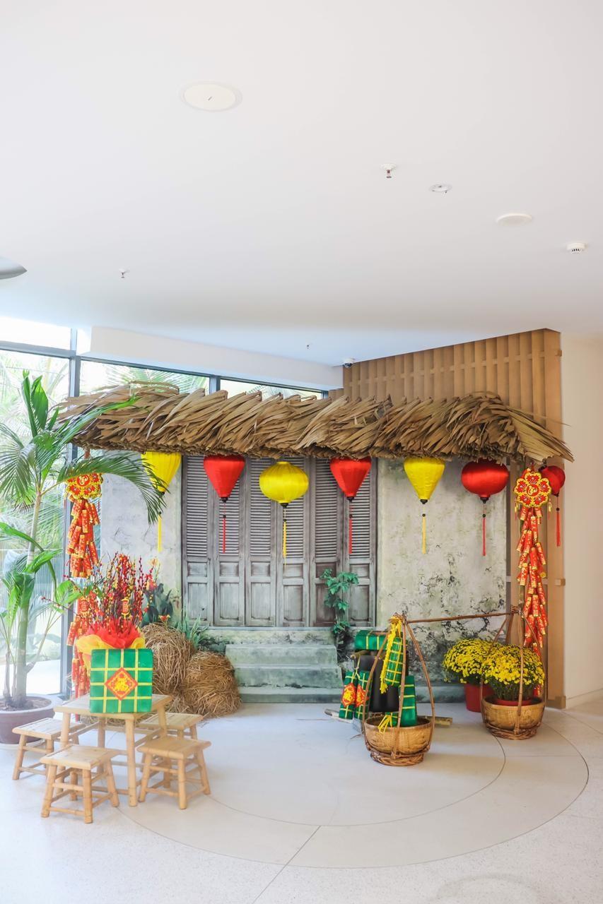 Năm mới này, Premier Residences Phu Quoc Emerald Bay còn tạo dựng lại nhiều hoạt cảnh gợi nhớ về Tết làng chài, Tết quê đầm ấm với phiên chợ, con đường làng, đàn trâu gặm cỏ, câu đối, nồi bánh chưng, khay mứt và những trò chơi dân gian độc đáo...
