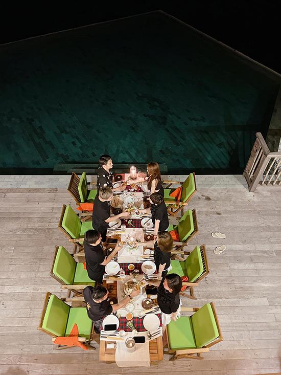 Tối đến, cả nhóm đặt bữa ăn ngay tại căn villa rộng rãi, phục vụ bếp chế biến đồ ăn tại chỗ, vừa ăn, vừa có thể ngắm cảnh biển đêm, phía trước mặt là hồ bơi.