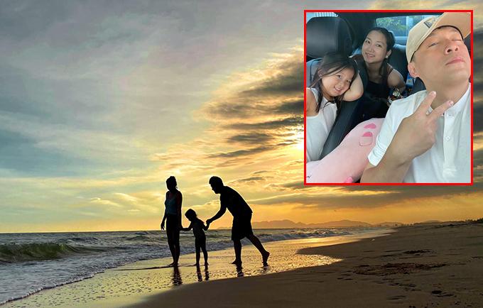Cũng lựa chọn Vũng Tàu để vui chơi những ngày đầu năm, vợ chồng Lam Trường - Yến Phương và con gái nhỏ lái xe tới một khu nghỉ dưỡng sang trọng ở Hồ Tràm để tận hưởng những giây phút đầm ấm bên nhau. Cả nhà đi dạo trên bờ biển, ngắm mặt trời lặn.
