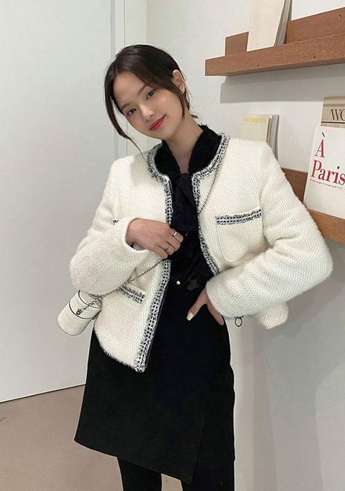 Bên cạnh cách diện đồ ton-sur-ton, các mẫu jacket vải tweed cũng là món đồ các nàng nên tham khảo để sành điệu với xu hướng 2021.