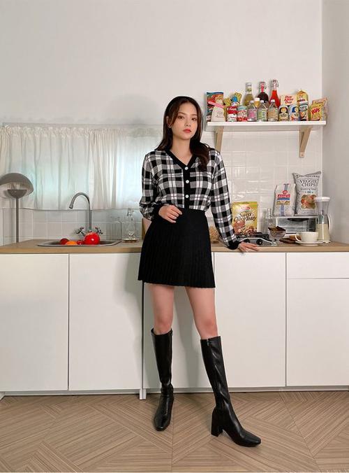 Phép cộng từ chân váy chữ A dáng ngắn, áo dệt kim và bốt da cao cổ luôn mang lại hiệu quả trong cách mix đồ đơn giản.