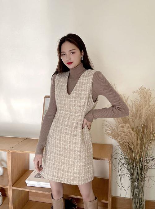 Đối với các bạn gái phía Bắc, váy vải tweed dáng ngắn sẽ được mặc kèm cùng các mẫu áo cổ lọ, áo dệt kim có khả năng giữ ấm cao.