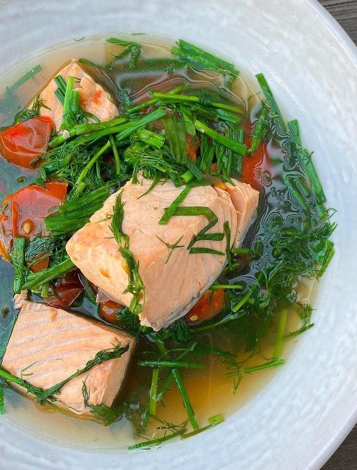 Canh cá hồi thì là của Hà Tăng.