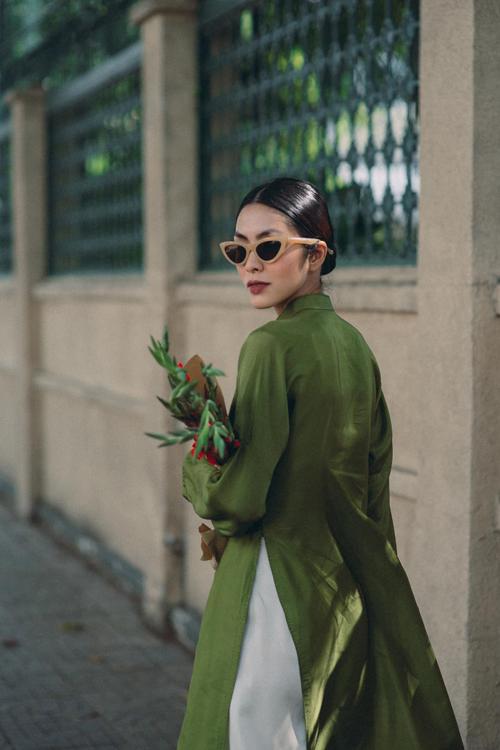 Để mang lại nét giao hòa giữa phong cách truyền thống và hiện đại, người đẹp sử sụng mẫu kính đúng xu hướng 2021 để mix đồ.