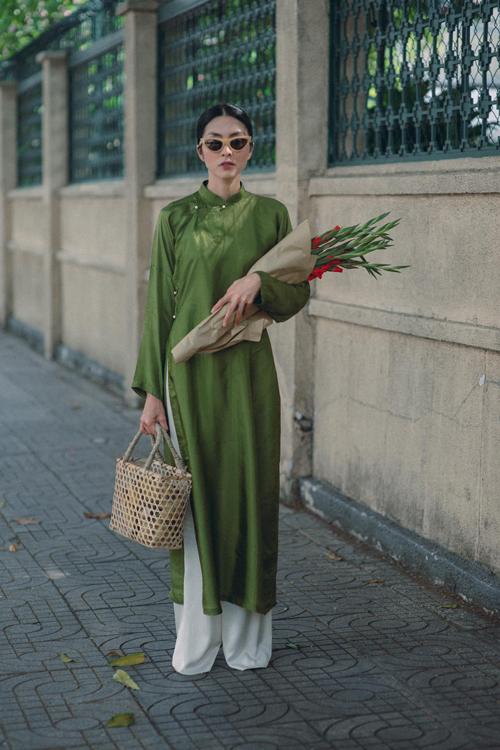 Diện áo dài để khoe ảnh chào xuân là trào lưu được nhiều người đẹp Việt yêu thích. Tăng Thanh Hà gây ấn tượng đặc biệt bởi nét dung dị, nhẹ nhàng trong mẫu áo ngũ thân.
