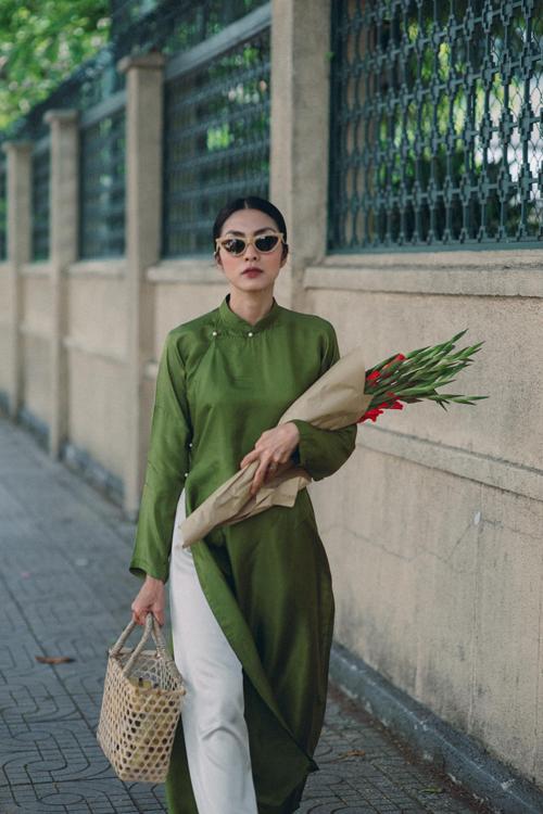 Xuống phố ngày cận Tết, Tăng Thanh Hà tôn nét duyên dáng với tông áo xanh, phụ kiện làn tre cùng hoa lay ơn khiến tổng thể thêm cuốn hút.