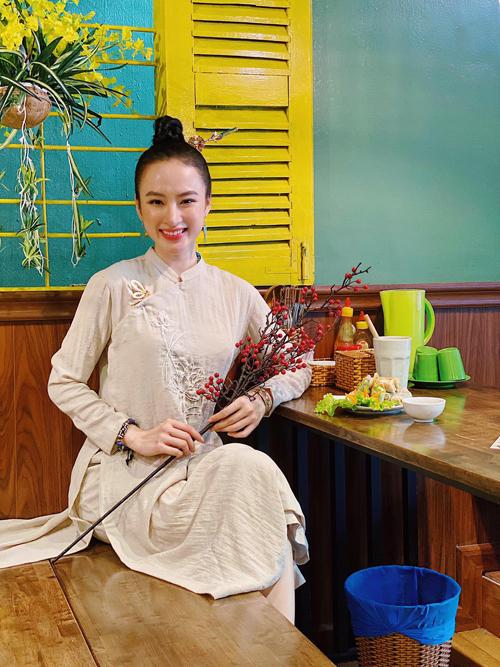 Thường ngày, Angela Phương Trinh vẫn luôn sử dụng áo dài cách tân khi tham gia quán xuyến quán chay của gia đình. Vào những ngày đầu năm 2021, nữ diễn viên tôn nét khả ái với áo dài lấy cảm hứng từ áo ngũ thân.