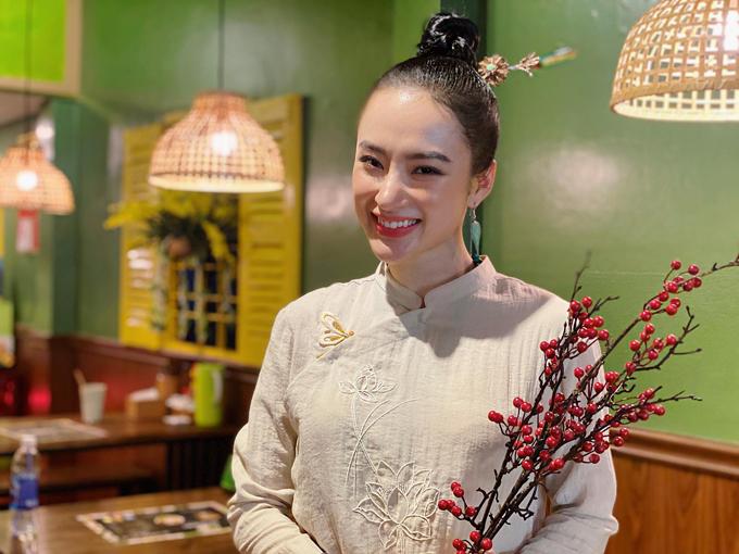 Áo dài suông thiết kế trên vải thô của Angela Phương Trinh được tô điểm bằng họa tiết thêu tay truyền thống.