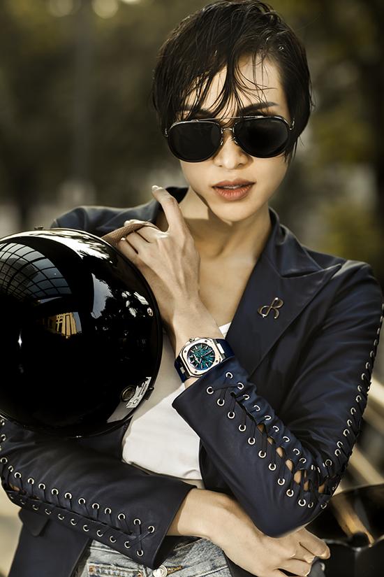 Thiết kế được cô yêu thích nhất là BR05 Skeleton Blue với vỏ thép thời thượng, mặt số skeleton, có giá 168 triệu đồng.
