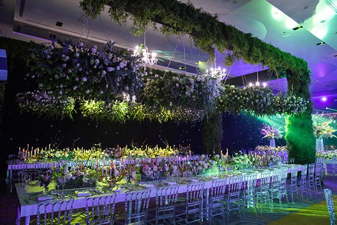 Hai bộ bàn dài chiếm diện tích lớn nhất đặt song song với mỗi bàn phục vụ cho nhóm 40 khách. Phía trên treo hàng loạt đèn chùm pha lê và vòm hoa tạo vẻ thơ mộng. Sự khác biệt trong phong cách trang trí mỗi bàn tiệc tạo nên sự thú vị. Ekip đã sử dụng hơn hàng ngàn bông hoa hồng Ohara, cành tuyết mai trắng, hoa diên vĩ và nhiều loại hoa khác để tô điểm cho hôn lễ, với 100% hoa từ nước ngoài, số lượng 5 tấn hoa và phải nhập về 3 lần mới đủ số lượng.