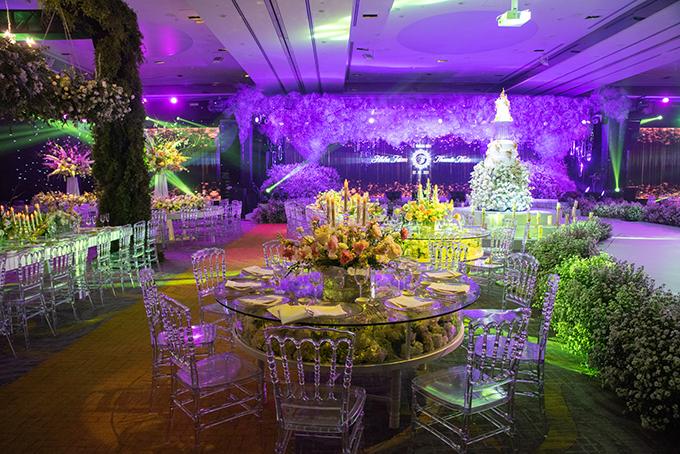 Bàn tiệc hình tròn dành cho 10 khách nằm dọc theo lối đi giữa khán phòng có thiết kế đặc biệt với phần mặt bàn bằng kính cường lực trong suốt, đáy bàn cũng trong suốt và trang trí hoa tươi bên dưới lớp kính, khi những món ăn được đặt lên, khách dự tiệc sẽ có cảm giác như những món ăn đang được bày lên trên thảm hoa thơ mộng bên dưới.