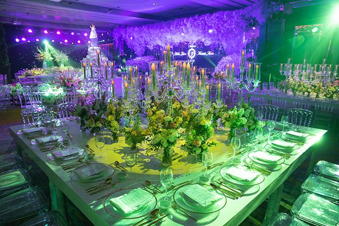 Hai bên khán phòng là loại bàn hình vuông lớn có thể ngồi được 20 người với điểm nhấn trung tâm từ hoa tươi, pha lê và ánh nến. Hai bàn tròn lớn được đặt xen kẽ giữa khán phòng cũng dành để phục vụ nhóm 20 khách.