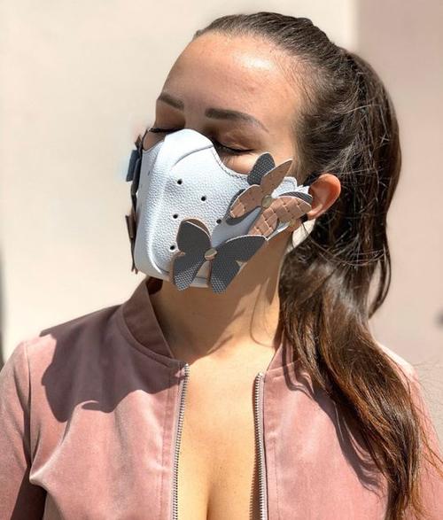 Khẩu trang bằng da thường được thiết kế phần tạo phôm cầu kỳ để ôm sát khuôn mặt người sử dụng.