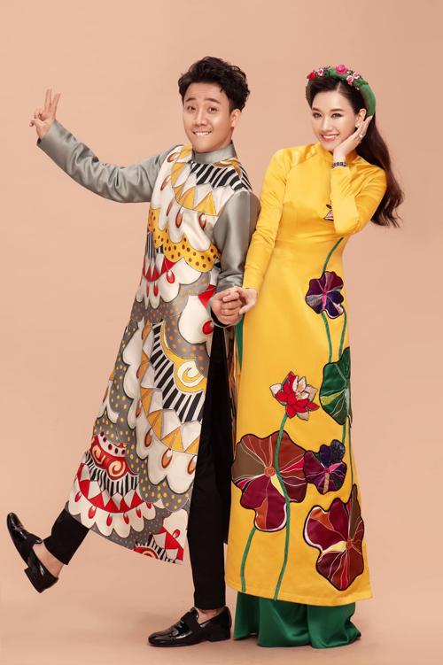 Ngoài việc chọn áo dài làm trang phục để tác nghiệp, đầu năm 2021 Trấn Thành cũng chọn trang phục truyền thống để chụp ảnh kỷ niệm cùng vợ.