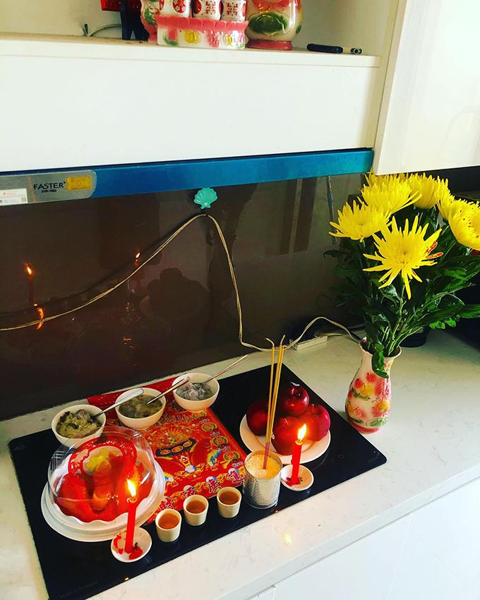 Diễn viên Hứa Vĩ Văn năm nay làm mâm cỗ đồ ngọt đơn giản gồm chè, táo và cá chép đường phèn để tiễn ông Táo về chầu trời.