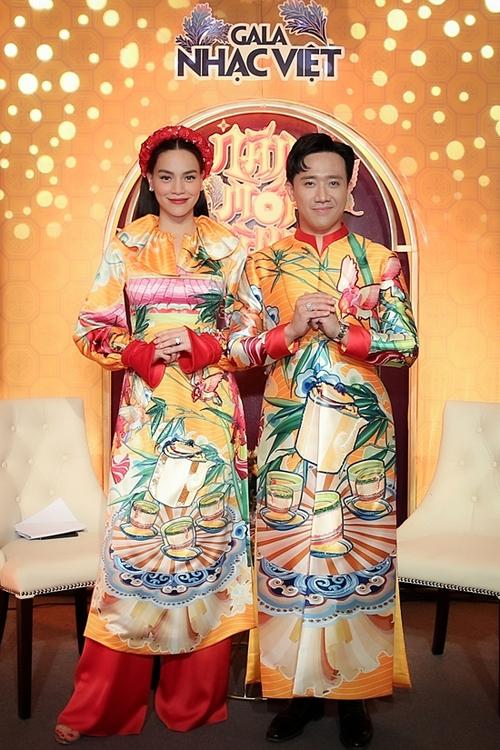 Trấn Thành diện áo dài đôi cùng Hồ Ngọc Hà với họa tiết phác họa vẻ đẹp dung dị của quê hương Việt Nam.