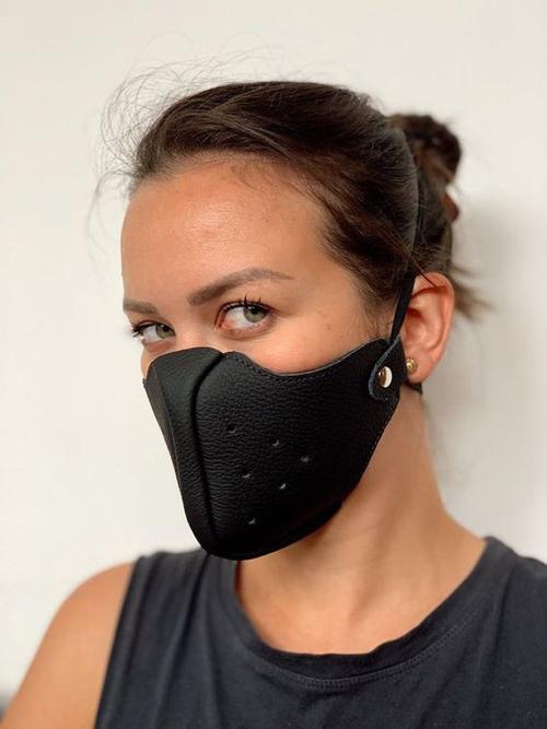 Chất liệu da thuộc cũng được đưa vào khâu thiết kế khẩu trang để mang tới các kiểu phụ kiện cho bạn gái thích sự mới mẻ, khỏe khoắn.