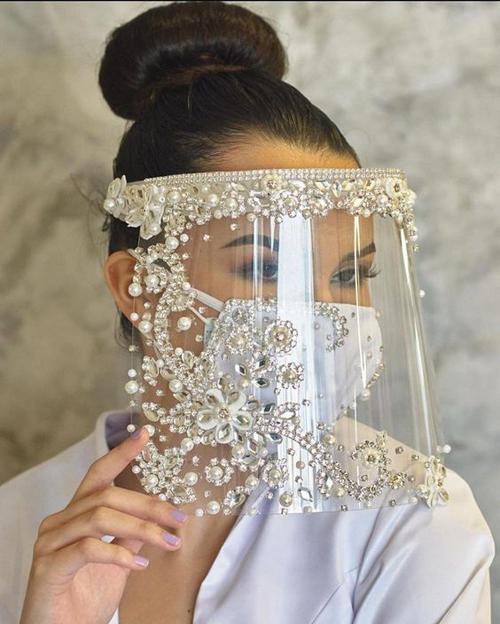 Kết hợp cùng khẩu trang là các kiểu mặt nạ, mạng che mặt bằng nhựa trong suốt cũng được yêu thích.