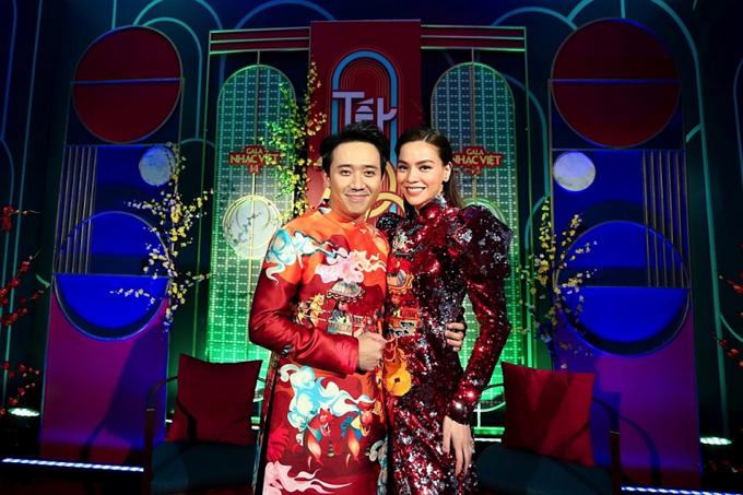 Không chỉ kết hợp ăn ý trên sân khấu, Trấn Thành còn luôn khéo chọn áo dài đồng điệu cùng Hồ Ngọc Hà khi cùng làm người dẫn chương trình.
