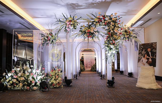 Không gian cưới của uyên ương được thiết kế theo concept khu vườn hoàng gia châu Âu, gây choáng ngợp tới khách mời ngay từ cái nhìn đầu tiên.  Lâu đài gallery được trang trí bởi ảnh cô dâu chú rể.
