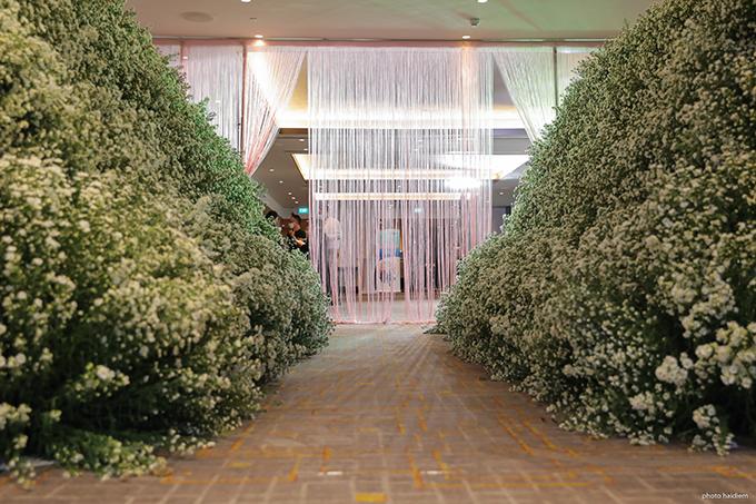 Lối vào phòng tiệc cưới  là đường dẫn dài kết từ hoa thạch thảo, rèm pha lê rủ được đính kết công phu, nhắc nhớ các không gian tiệc của giới thượng lưu.