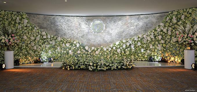 Backdrop chụp ảnh lưu niệm của cô dâu chú rể và khách mời dài hơn 12m phủ đầy pha lê và các loại hoa cao cấp từ cẩm tú cầu, hồng Ohara, lan hồ điệp...