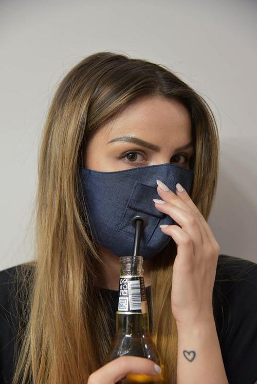 Nhiều thương hiệu còn thể hiện sự sáng tạo khi cho ra mắt các mẫu khẩu trang vải đi kèm khoen kim loại có thể luồn ống hút.