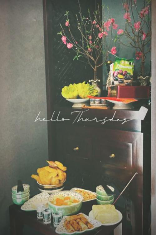 Nhà á hậu Dương Tú Anh làm nem rán, gà luộc và mua bánh chưng xanh đặt lên mâm cỗ.