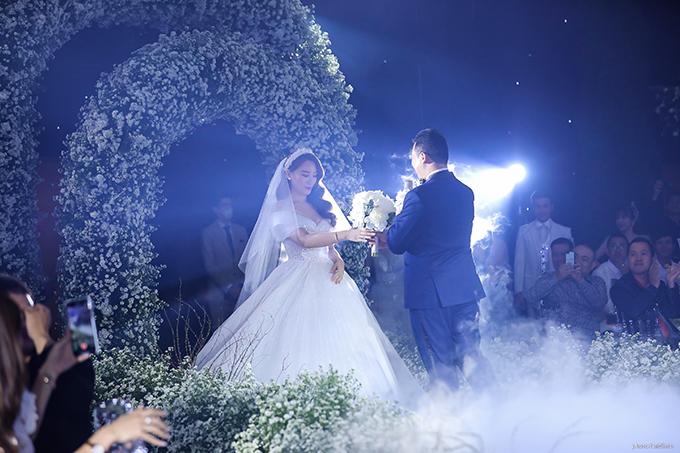Trong ngày vui, cô dâu Julie Lâm diện váy do nhà thiết kế Chung Thanh Phong dành tặng riêng. Chiếc đầm có phần voan cài tóc thêu tay tên viết tắt của cặp đôi và ngày đám cưới 2/2/2021, phần tùng váy lộng lẫy được đính kết cầu kỳ từ hàng nghìn viên pha lê mà bất kỳ cô dâu nào cũng ao ước.