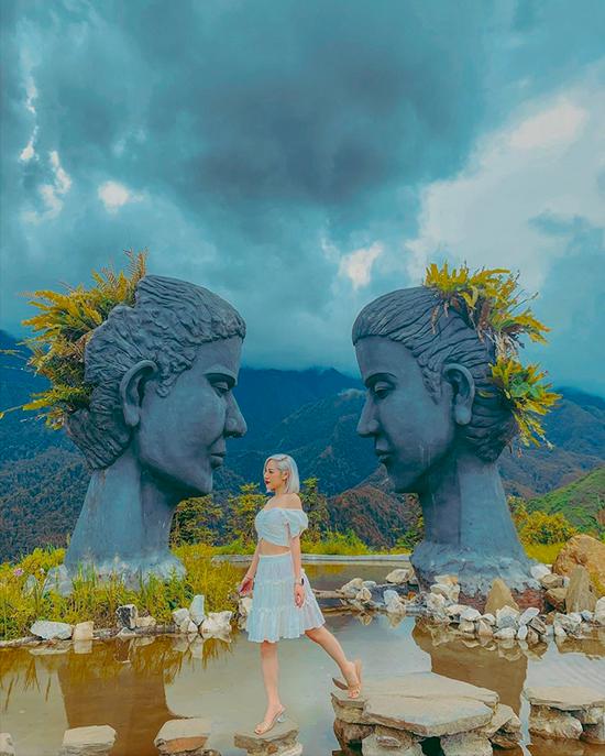 Giữa hồ có hai bức tượng khổng lồ mô phỏng gương mặt một nam một nữ hướng vào nhau, làm người ta liên tưởng tới chuyện tình chàng Klang và nàng HBiang huyền thoại của mảnh đất cao nguyên.